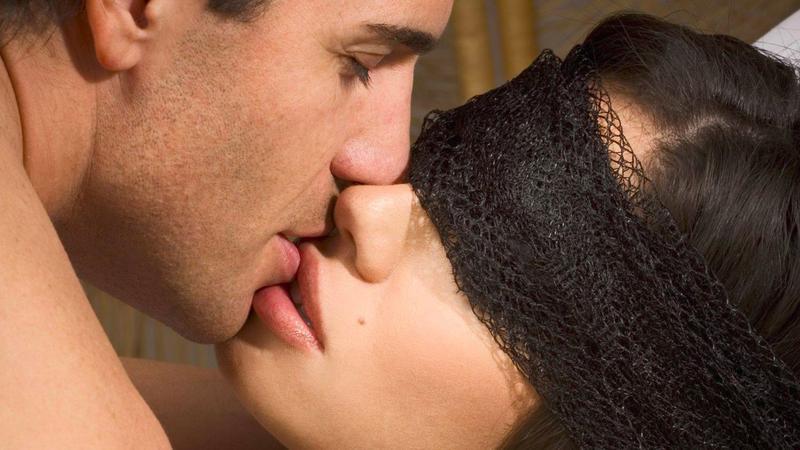 Настоящий страстный поцелуй вызывает в мозгу те же химические реакции, что прыжки с парашютом и стрельба из пистолета.
