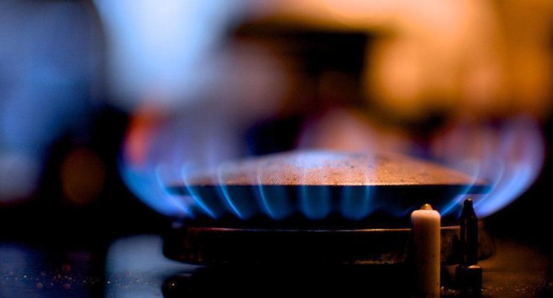 Природный газ не имеет запаха. Запах добавляют специально, чтобы можно было обнаружить утечку.